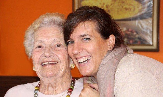 Frau Neumann mit ihrer Mutter zeigen glücklich ihre Zufriedenheit mit der Sozialstation Kothe.