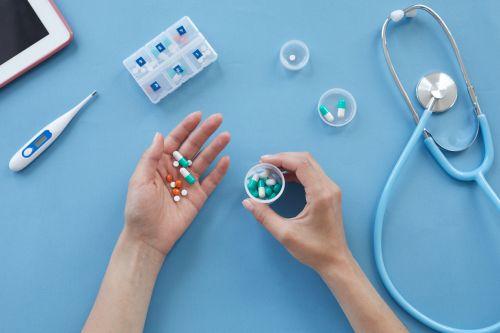 Altenpflegerin organisiert das Medikamentenmanagment im Rahmen der Behandlungspflege nach § 37 SGB V.