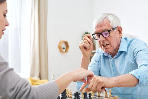 Betreuungskraft spielt im Rahmen der Betreuungsleistungen gem. § 45 b SGB XI in der eigenen Häuslichkeit mit einem Kunden Schach.
