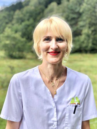 Daniela Vilcan zeigt sich fröhlich in Dienstkleidung als Mitarbeiterin der Sozialstation Kothe.